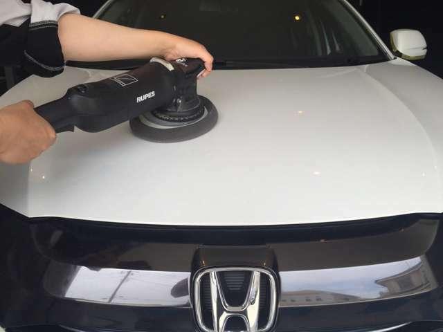 Bプラン画像:最新の専用機材を使い、塗装表面の小傷を除去していきます。専用の磨き粉でボディ表面の艶を回復していきます。