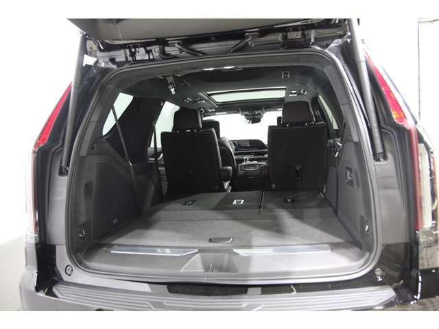 サードシートは電動フルフラットです。先代モデルと比べると、荷室の段差が無くなり、荷室、サードシート、セカンドシートをすべて倒すと一直線にフルフラットになります。
