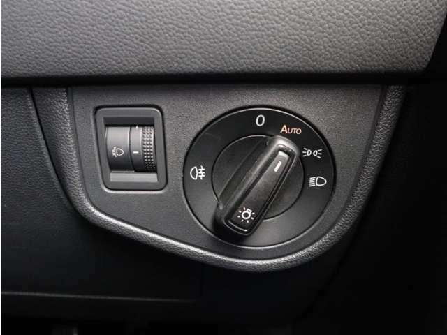 直感的な操作が可能なダイヤル式のヘッドライトスイッチ。オートライト機能も備わりトンネルが続く道路でも手を煩わせません。