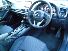 黒を基調としたシックでスポーティな雰囲気のコクピット!シートに正対したペダル配置やオルガン式アクセルペダルなど、長距離運転でも疲れにくい設計です!