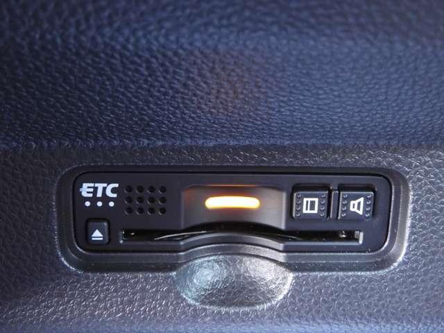 【ETC車載器】が装備されています。セットアップ後、ETCカードを差し込むだけで高速道路の利用が可能。ナビと連動していますので、ETCゲート通過時の料金案内や利用履歴も画面で表示されます