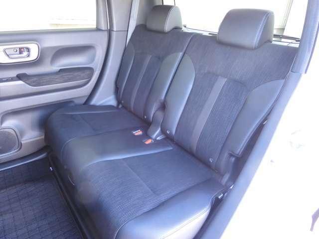 ミニバン並みの前後のシート間隔で足元・ヒザまわりに余裕のある開放的な空間が広がります。2列目シート大きく前にスライドします!荷室に大きな荷物を積みたい時、後席のお子様との距離を縮めたい時に便利ですよ!