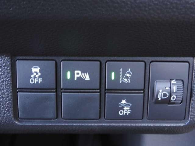 衝突を予測してブレーキをかけたり、前のクルマにちょうどいい距離でついていったりできる多彩な安心・快適機能を搭載した先進の安全運転支援システムがHonda SENSINGです。
