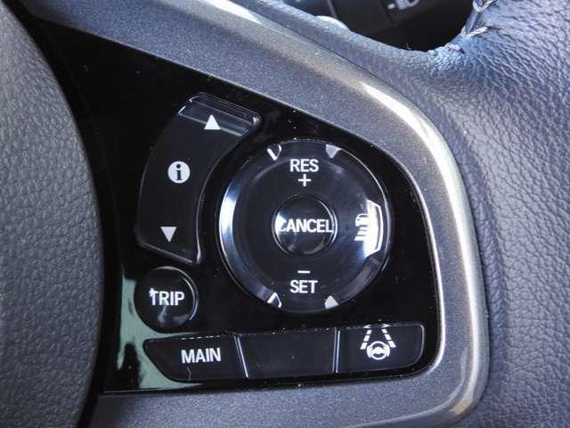 【アダブティックオートクルーズ】が装備されています。一定の車間距離と速度で自動走行します。さらに車線維持機能で、レーンキープ走行を支援します。長距離ドライブでの疲労軽減で快適ドライブできますよ。