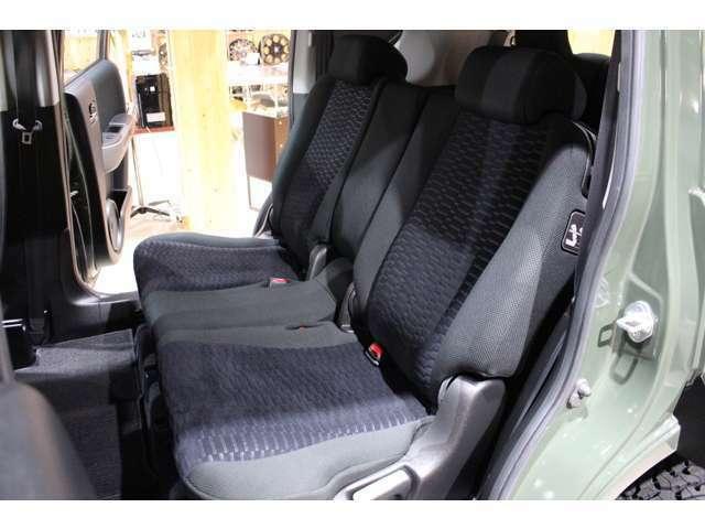 後部座席も綺麗な状態です。広々としているのでファミリーカーとしても大活躍です!
