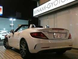 希少なSLC43 レーダーセーフティパッケージ 左ハンドル車両が入庫!外装色には煌びやかな輝きが魅力のダイヤモンドホワイトメタリックを配色しております!内外装共に程度良好の1オーナー車両となります!