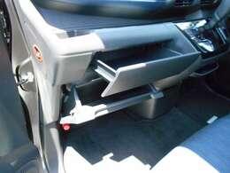 2段に仕切られた使いやすいグローブボックス。インストアッパーボックスにはティッシュボックスも収納可能。
