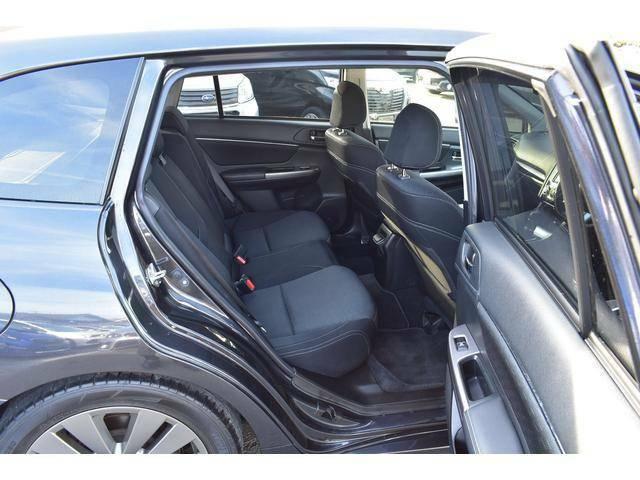後席の膝周りは十分なスペースを確保し、長距離移動でも疲れにくく心地よい時間を過ごせます。