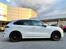 GTSは、専用チューンエンジン、20ミリローダウンの車高、スポーツエキゾーストシステムなどを装着して、カイエンのスポーツ性を追求したモデルです。
