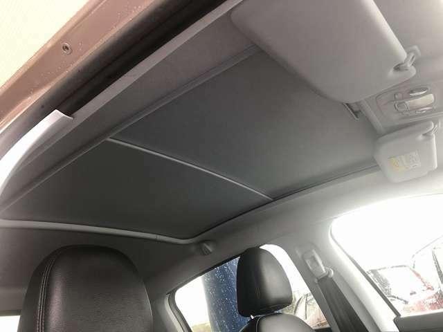 ガラスルーフ ハーフレザーシート 黒革ハンドル 純正ナビ AUX・USB クルーズコントロール デュアルエアコン ウィンカーミラー ETC キーレスキー オートライト オートミラー 16インチアルミ