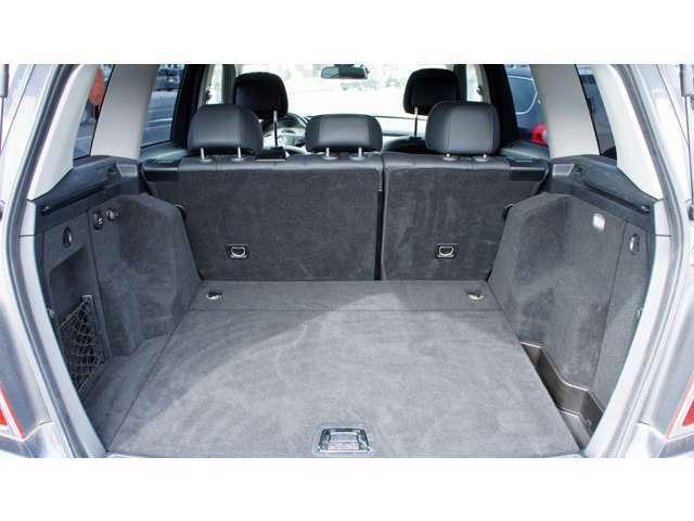 フル乗車でも積載十分ですが後席を倒せば更に広い空間に!