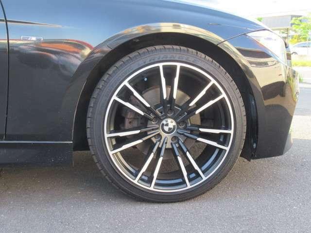 足廻りは社外アルミの新品オプション マッドブラックスポーク19AW装着でビックキャリパー装備BMWドレスアップのアルミにワイドタイヤ装着してます