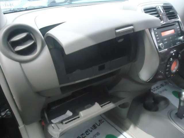 助手席の前方に大変奥行きがある書類&小物入れがあります。整理整頓にとっても便利です。