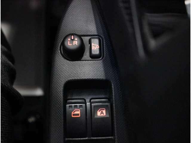 【電動格納ミラー】狭い駐車場などでサイドミラーの接触を防ぐことができます。