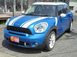 ブルーのボディ0カラーにホワイトカラーのデカールやホイールなどでおしゃれに仕上がっております!