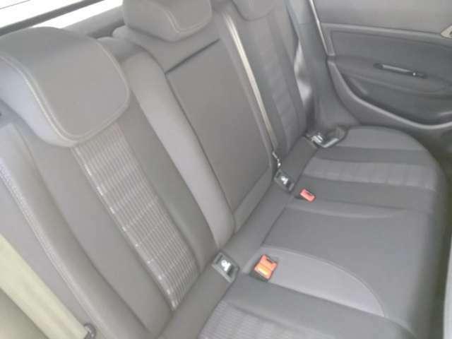 後部座席もゆったりとお座り頂けます。