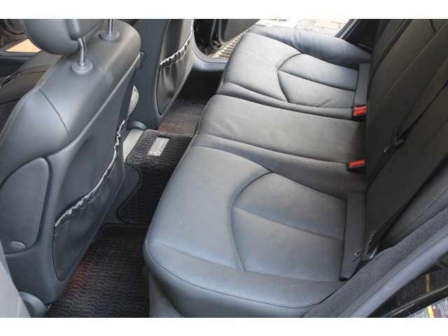 リアシートも新車時メーカーオプションのブラックレザーシートです。前後共に使用感等少なくとても綺麗な状態です。禁煙車です。詳しくは弊社ホームページをご覧下さいhttp://www.sunshine-m.co.jp