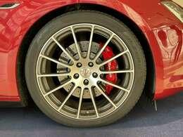 軽量鍛造GTSホイールのアンスラサイト。オーナメントの赤いトライデントマークはクアトロポルテGTS用へ変更。赤いボディーに赤いキャリパーと赤いトライデントマークとなっております。