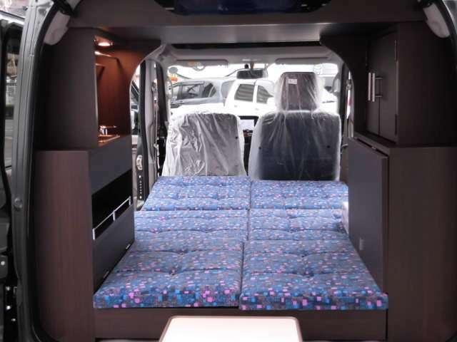 身長180Cmの方でも助手席を倒せばゆっくりくつろげます。ベットマット長は175Cm、座高は110Cm最少幅93Cm最大幅125Cmです