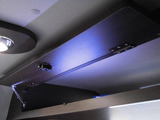 リヤ上部オーバーヘッドコンソールは大容量の荷物収納が可能 また内部照明も付いています