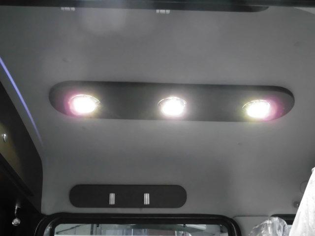 ルームライトは3連LEDでとても明るいのが特徴