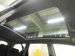 【スカイルーフ】フロントガラスやサイドウインドウの景色と一体になり開放感タップリ♪高熱線吸収UVカットガラスと、電動サンシェードで直射日光も防ぎます!