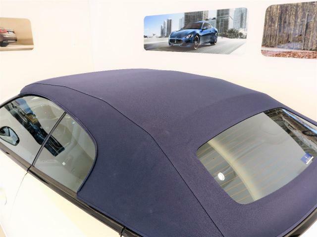 ブルーの幌がシックな印象に。車内のブルーシートと統一でよりオシャレな印象に。
