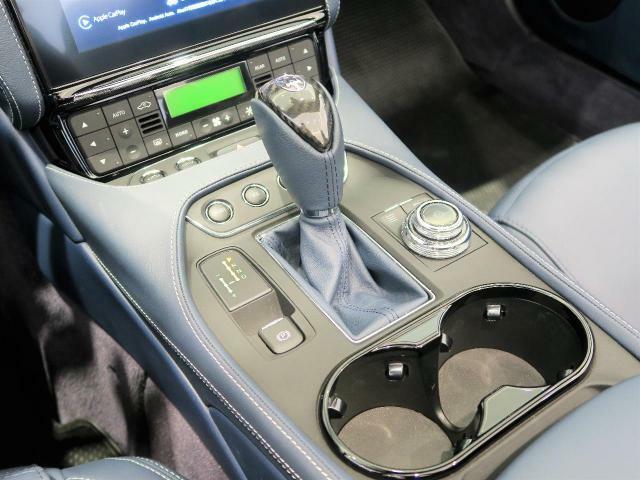 車内中央のセンターコンソール。シンプルで上質な印象を持たせてくれます。