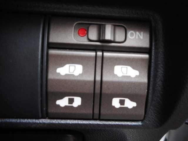 乗り降り楽々な両側パワースライドドア付きです!運転席からの操作もボタン一つで楽々です!