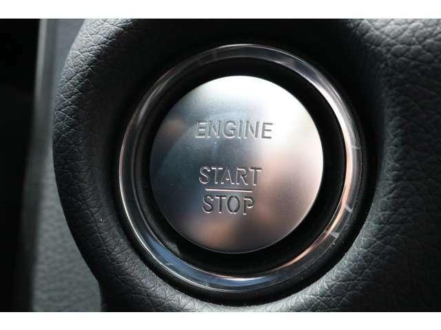 キーを携帯したままドアノブに手をかざすとドアの施錠・開錠が行えるスマートエントリーシステムです!上質なデザインのボタンを押すだけでエンジンのスタート&ストップができるキーレススタートボタン!
