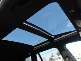 ●パノラミックスライディングルーフ『室内を明るく照らしてくれます。開放感のある空間を作り出してくれます』