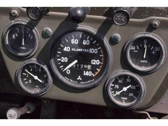 まるで飛行機のような5連メーター。走行距離は旧車、5桁メーターの為、不明とします。
