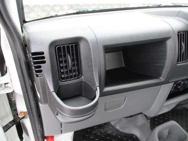 助手席側にも便利なカップホルダー!エアコンの冷風を当てれば保冷効果も期待でき、夏場に嬉しいですねヽ(^o^)丿