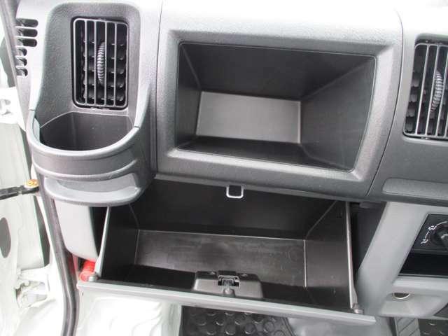 小物の収納に便利なグローブボックスアッパートレイ&グローブボックス