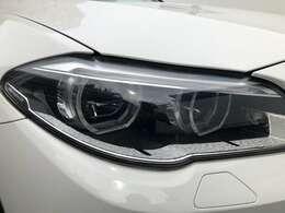スモールライトはBMW丸目4灯強調するリングのイルミネーションで夜間雨天時でも快適に視野を照らすLEDヘッドライトを装備。明暗を感知し自動で点灯、消灯するオートライトも装備。