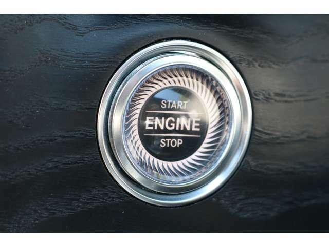 キーを携帯したままドアノブに手をかざすとドアの施錠・開錠が行えるスマートエントリーシステムです!モダンで上質なデザインのボタンを押すだけでエンジンのスタート&ストップができるキーレススタートボタン!