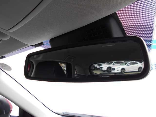 後方からの眩しい光も、防眩ミラーで負担にならず運転することが可能です。