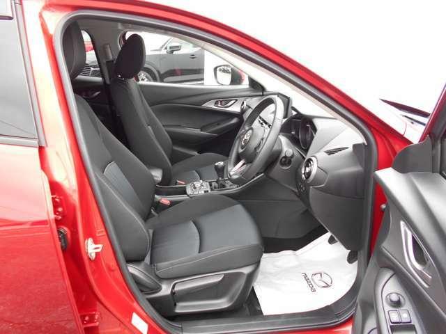 人間が理論的に快適に運転できる硬さや大きさ、角度を再現できる運転席シートとなっており、長距離ドライブでも疲れにくくなっております