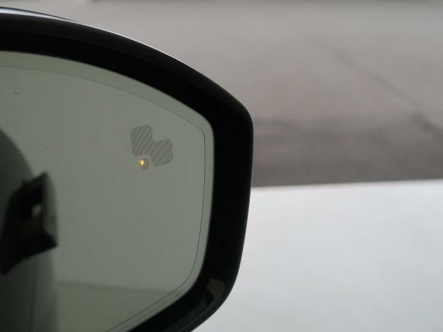 ◆ブラインドスポットモニター『左右斜め後ろを平行して走る車を認識し、車線変更の際に危険を察知するとドライバーへ警告を促します。夜・雨・トンネル内など走行時の環境が悪い時ほど便りになる安全装置です。』