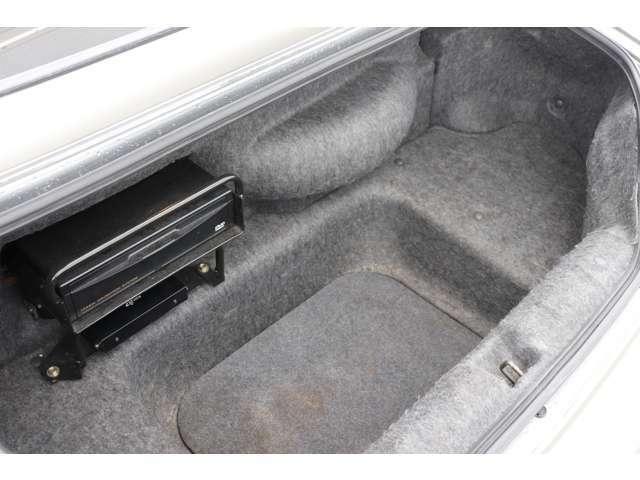 トランク内装もパネル類の欠品もなく、比較的綺麗です!