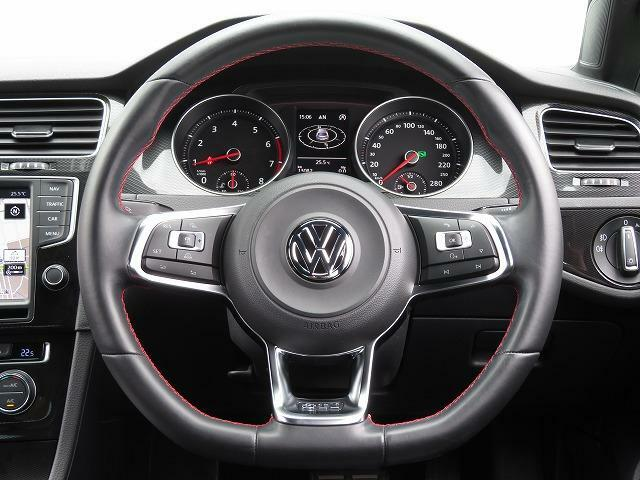 GTI 専用レザー3本スポークマルチファンクンョンステアリングホイール:スポーク部にGTIロゴをあしらうと共に、スポーティーな赤いステッチを用いた専用デザインを採用。