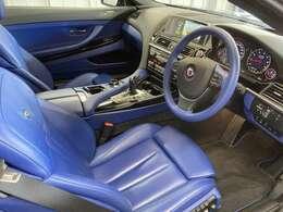 内装色はブルーのレザーシートになります。