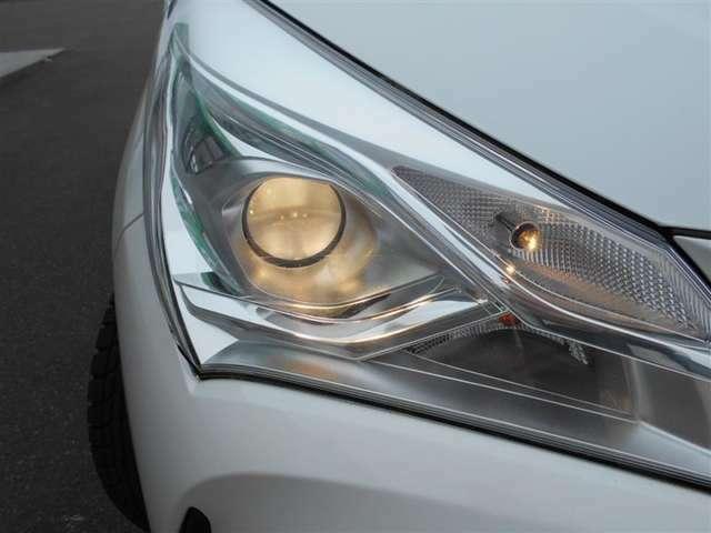 【プロジェクター式ヘッドライト】 通常のヘッドライトとは違い、レンズを使い光を集めてスポットライトのように、夜道を明るく照らし出します♪