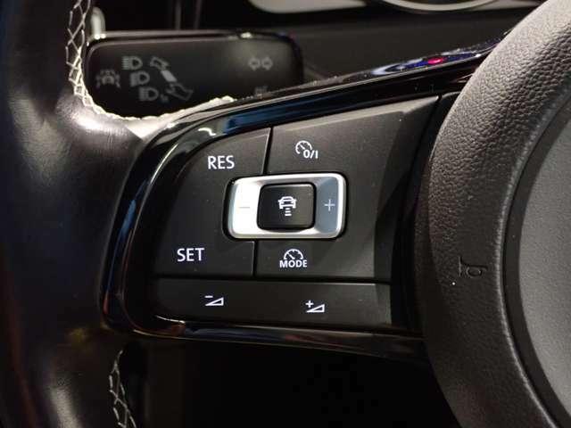 アダプティブクルーズコントロールは前車との車間距離とスピードを調整し、ドライブの疲労を軽減します。