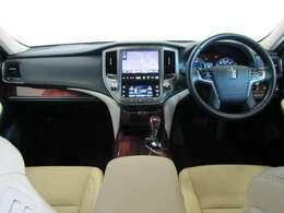 黒を基調とした高級感と機能を併せ持った運転席廻です。乗り込んだ瞬間に違いがわかりますよ。
