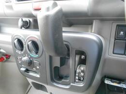 シフトレバーは運転席に使い位置にあり、コンパクトな形状をしているので操作際に富んでいます。