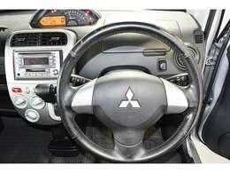 皮巻きハンドルで操作性は良好。手に触れるものなので上質な素材を選びたいところです☆ 視認性に優れたセンターメーター★運転中でもメーターの確認はラクラク◆安全運転にお役立ち♪