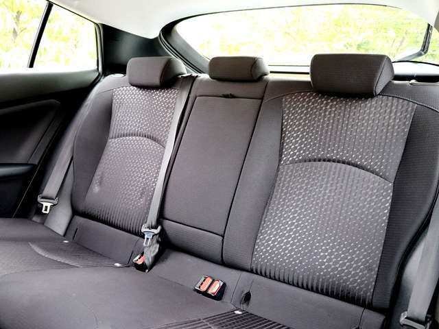 前席もゆったりとしておりますが、後部座席もこんなに広々としていますよ!足元もゆったりとしておりますので、うしろにお乗りいただいている方も足を伸ばせて快適にドライブを楽しんでいただけますね♪