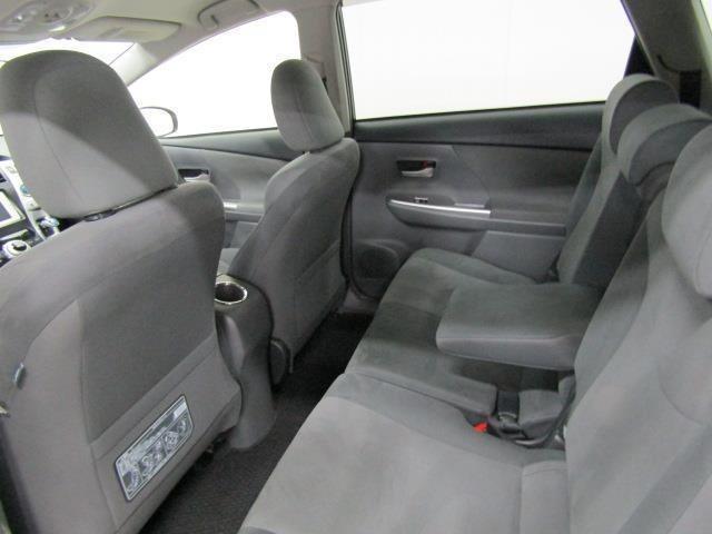 セカンドシートはセンターアームレストも装備で、長時間のドライブでも快適に過ごせ、疲れづらいシートです。