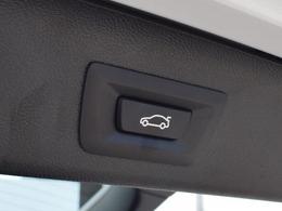電動リアゲートを装備。運転席の足元にも電動リアゲート開閉ボタンを装備しており、利便性が向上します。